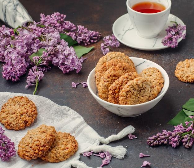 Biscuits avec du thé noir sur la table Photo gratuit