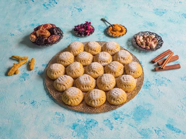 Biscuits égyptiens Kahk El Eid Sur Table Bleue Photo Premium
