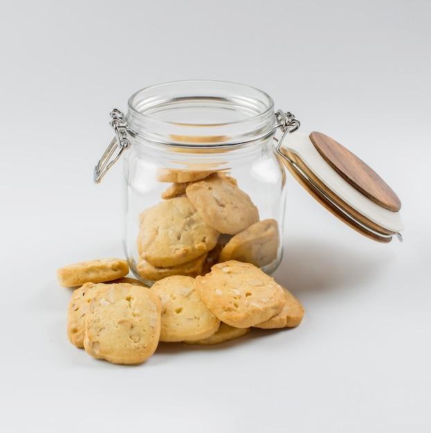 Des biscuits faits maison avec un bocal en verre. Photo Premium