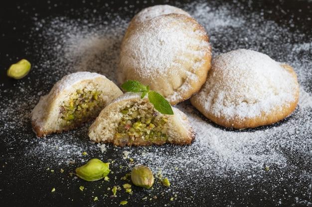 Biscuits Farcis Aux Pistaches Et Dattes. Fermer. Photo Premium