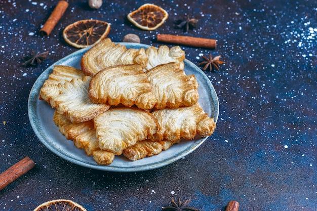 Biscuits Feuilletés En Forme De Sapin De Noël. Photo gratuit