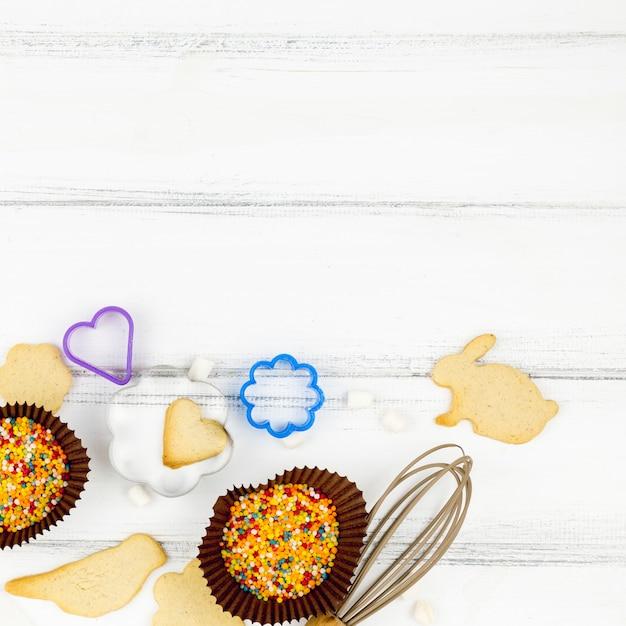 Biscuits en forme d'animaux avec des ustensiles de cuisine sur la table Photo gratuit