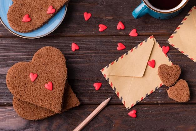 Biscuits en forme de coeur avec pépites et enveloppe Photo gratuit