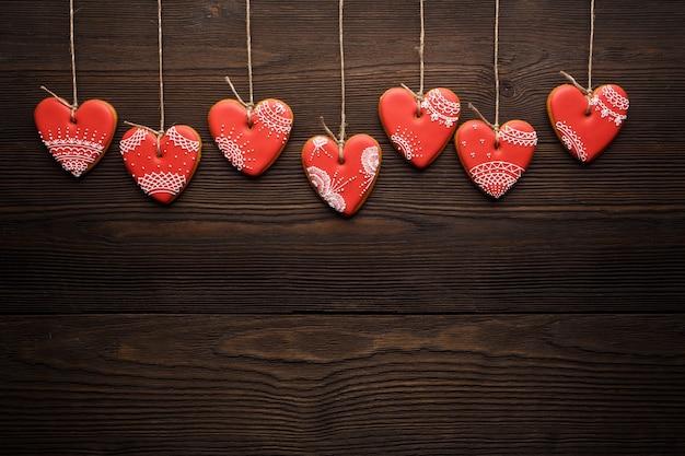 Biscuits en forme de cœur suspendus à des cordes Photo gratuit