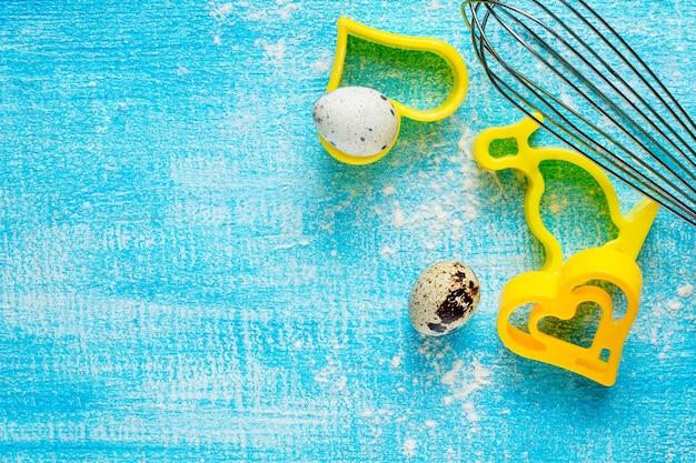 Biscuits En Forme De Coeur Sur Une Table En Bois Et œufs De Caille, Mise Au Point Sélective. Photo Premium