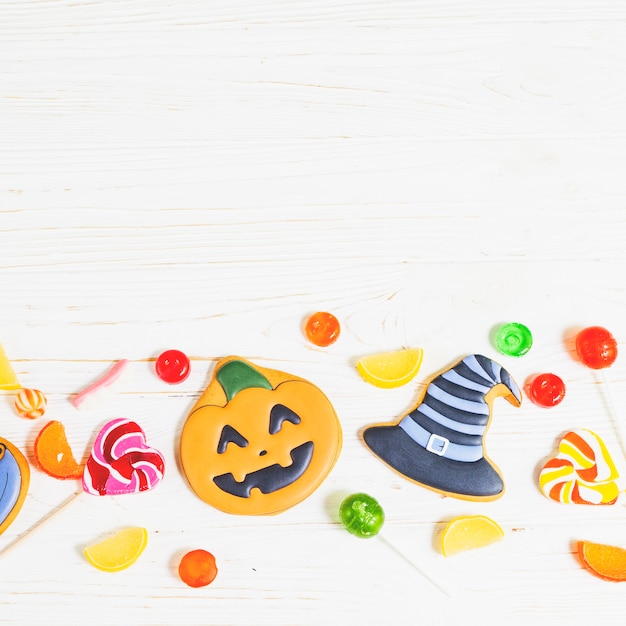 Biscuits d'halloween entre bonbons Photo gratuit
