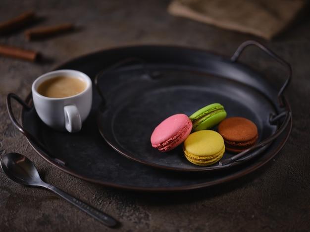 Biscuits Macarons Sur Un Plateau Vintage Et Une Tasse D'espresso Photo Premium