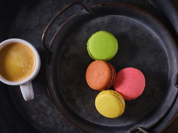 Biscuits Macarons Et Une Tasse De Café - Vue De Dessus Photo Premium