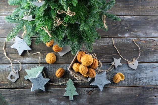 Biscuits Maison-noix Farcies Au Caramel Salé Et Jouets De Sapin De Noël Dans Le Style Scandinave Photo Premium