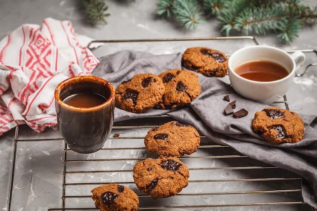 Biscuits De Noël Au Chocolat Et Au Cacao. Concept De Fond De Noël Photo Premium