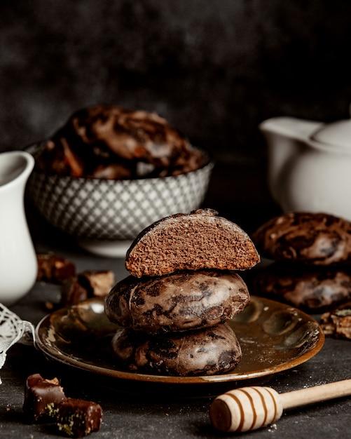 Biscuits De Pain D'épice Au Chocolat Et Au Miel Dans Une Assiette Photo gratuit