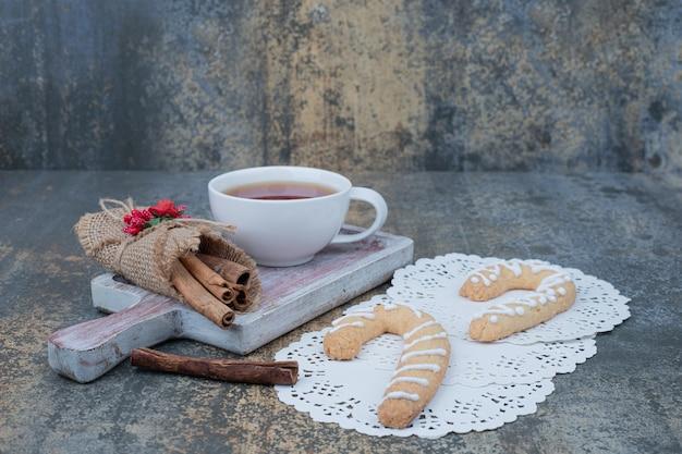 Biscuits En Pain D'épice, Cannelle Et Tasse De Thé Sur Table En Marbre. Photo De Haute Qualité Photo gratuit