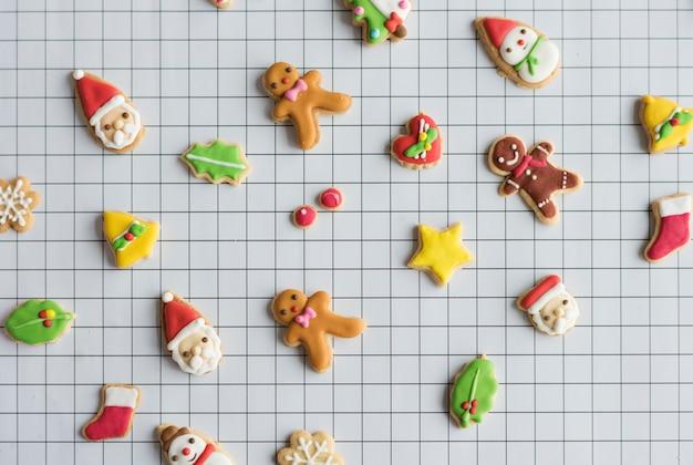 Biscuits de pain d'épice décorés de noël Photo Premium