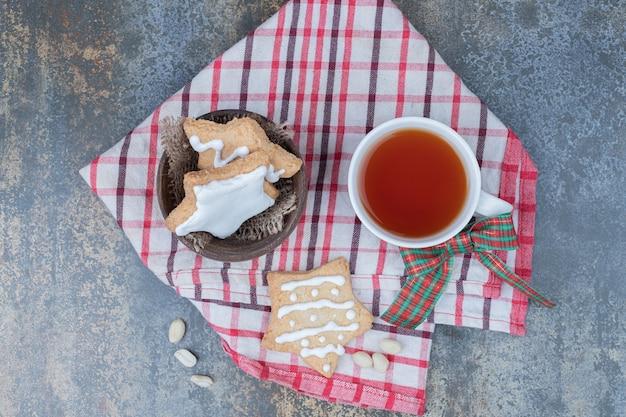 Biscuits En Pain D'épice En Forme D'étoile Et Tasse De Thé Sur La Nappe. Photo De Haute Qualité Photo gratuit