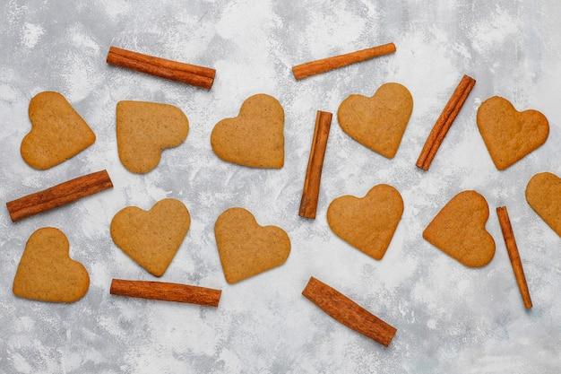 Biscuits de pain d'épice maison traditionnelle sur béton gris, gros plan, noël, vue de dessus, plat poser Photo gratuit