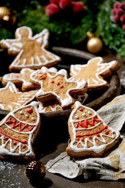 Biscuits De Pain D'épice De Noël Traditionnels Faits Maison Avec Du Glaçage Orné Photo Premium
