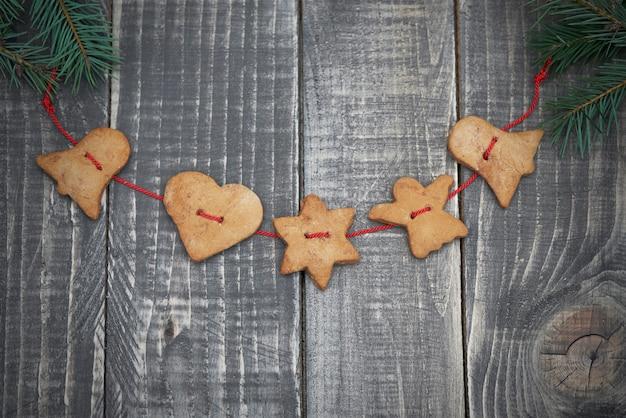 Biscuits De Pain D'épice Sur Des Planches De Bois Photo gratuit