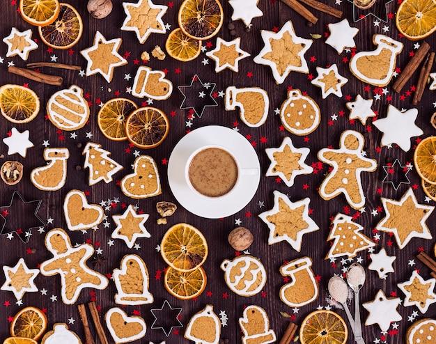 Biscuits pain d'épice tasse de café noël boire nouvel an oranges cannelle Photo gratuit