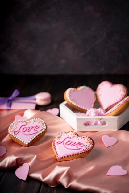 Biscuits De Saint Valentin En Forme De Coeur Sur Satin Avec Espace Copie Photo gratuit