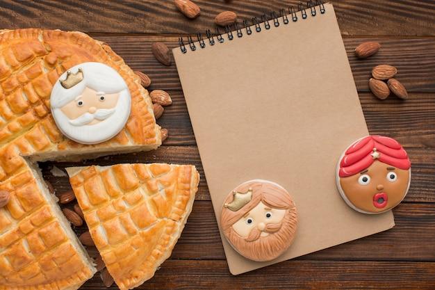 Biscuits Et Tarte Au Dessert Epiphany Avec Bloc-notes Photo gratuit