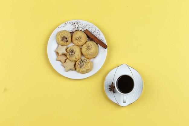 Biscuits Et Tasse De Café Sur Fond Jaune Photo gratuit