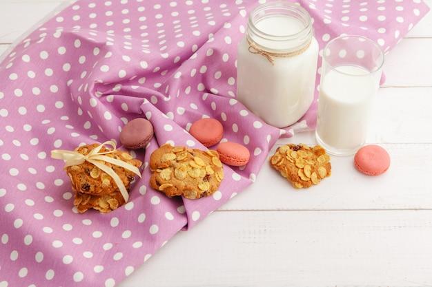 Biscuits En Verre De Lait Et Biscuits Avec Un Torchon Sur Fond Clair Photo Premium