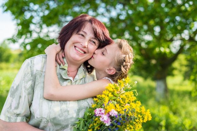 Bisous Petite-fille Grand-mère Photo Premium