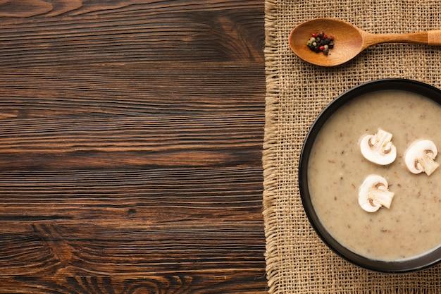 Bisque Plate De Champignons Et Cuillère Avec Espace De Copie Photo gratuit