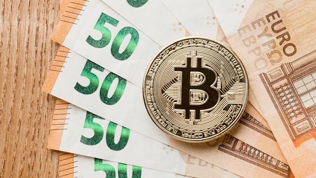 Bitcoin Sur L'arrangement Des Billets Photo gratuit