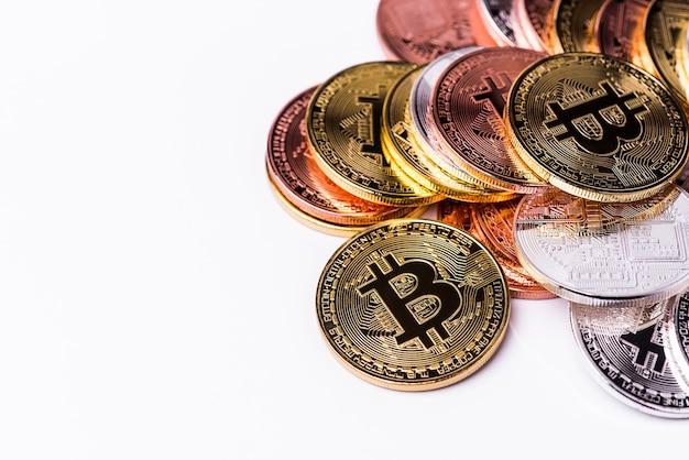Bitcoin. bitcoin doré isolé sur fond blanc. Photo Premium