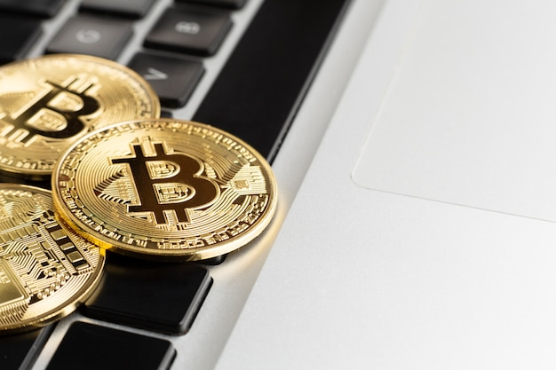 Bitcoin sur le clavier Photo gratuit