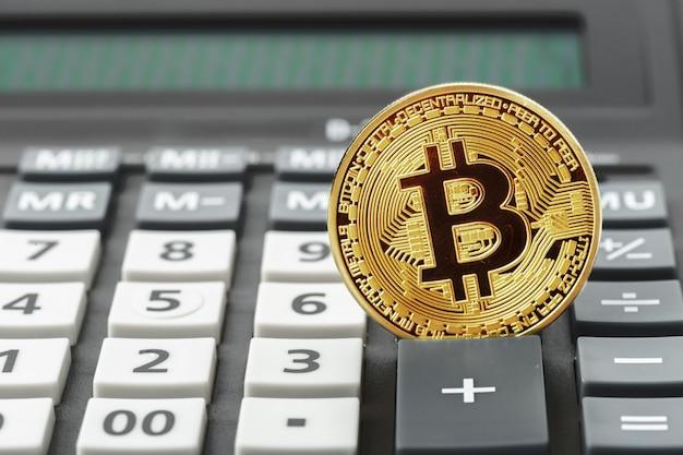 Bitcoin coin et calculatrice Photo Premium