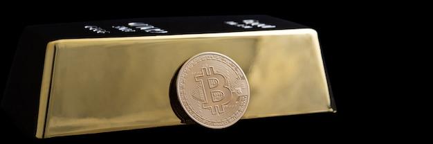 Bitcoin Crypto-monnaie Et Lingot D'or Sur Fond Noir. Photo Premium
