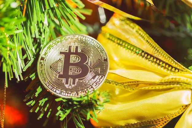 Bitcoin décoration sur l'arbre de noël se bouchent Photo Premium
