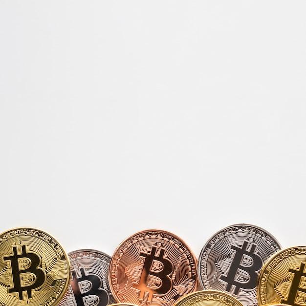 Bitcoin de différentes couleurs sur fond uni Photo gratuit