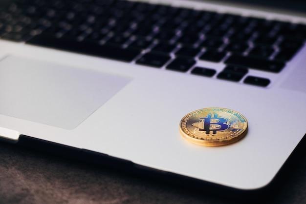 Bitcoin doré sur clavier d'ordinateur portable Photo Premium