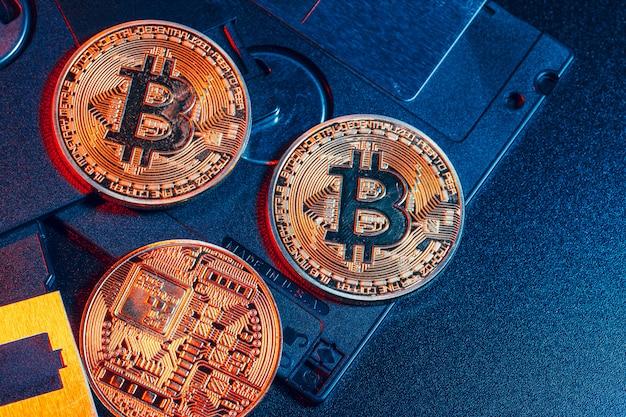 Bitcoin doré sur disquette Photo Premium