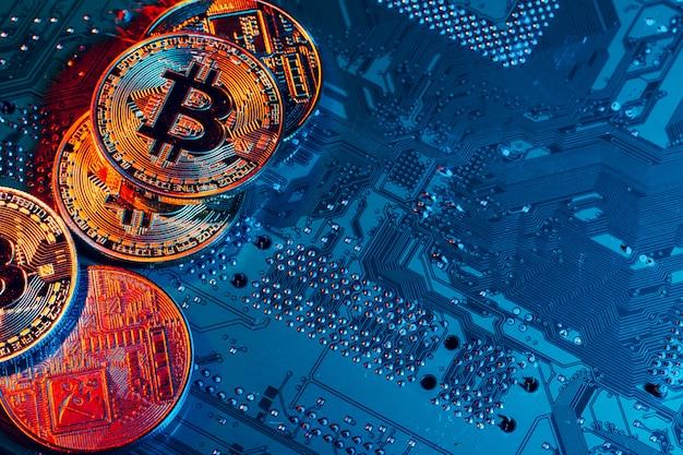 Bitcoin doré et puce informatique en arrière-plan Photo Premium