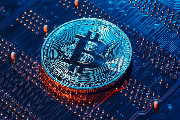 Bitcoin doré et puce informatique dans Photo Premium