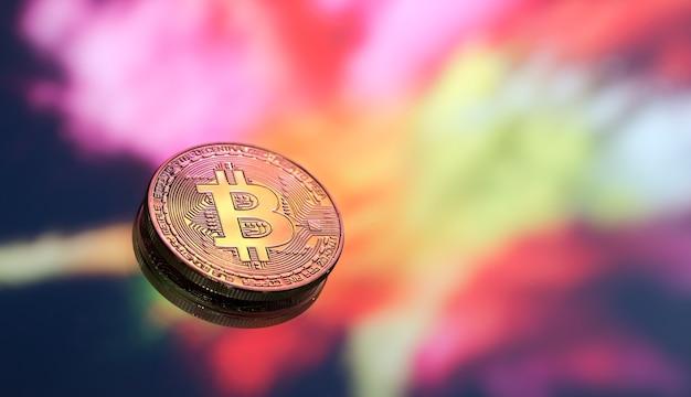 Bitcoin Est Un Nouveau Concept De Monnaie Virtuelle Sur Un Fond Coloré, Une Pièce De Monnaie Avec L'image De La Lettre B, Gros Plan. Photo gratuit
