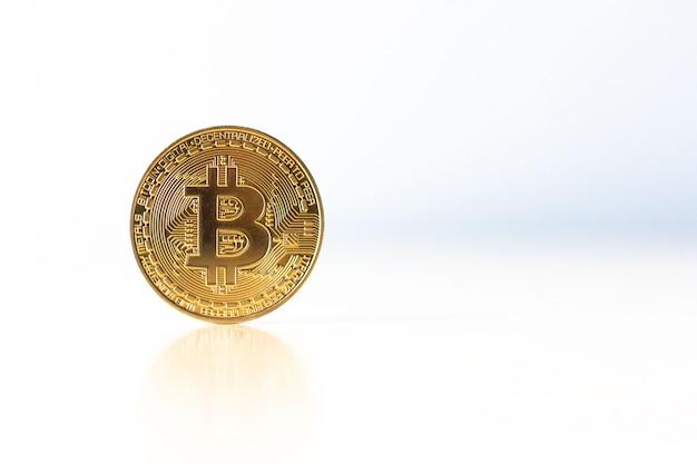 Bitcoin sur fond blanc isolé avec espace de copie Photo Premium
