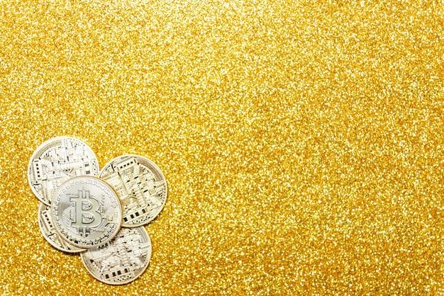 Bitcoin sur fond de paillettes d'or. Photo Premium