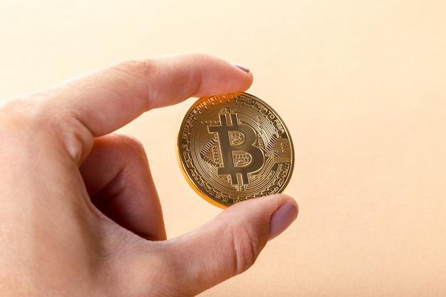 Bitcoin d'or dans la main d'un homme Photo Premium