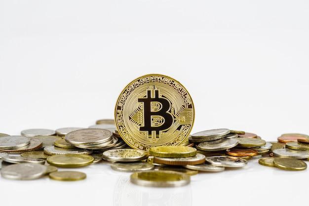 Bitcoin d'or sur de nombreuses pièces d'argent internationales Photo Premium
