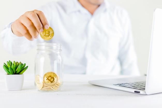 Bitcoin pièce pièce d'or dans le pot de verre sur bois Photo Premium