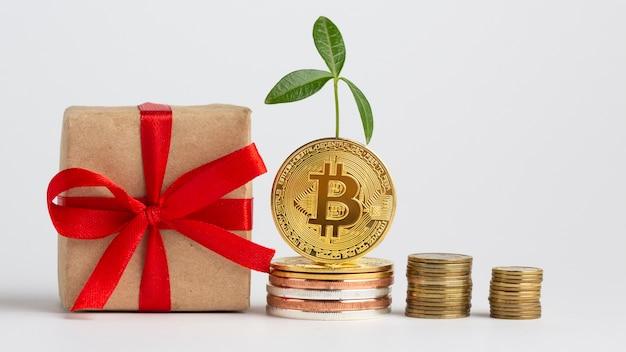 Bitcoin Piles à Côté Du Cadeau Photo gratuit