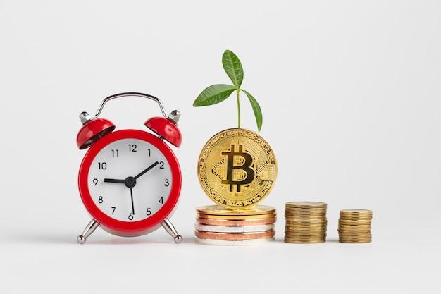 Bitcoin piles à côté de réveil Photo gratuit