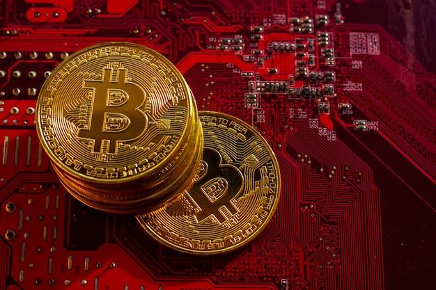 Bitcoin avec puces de circuit imprimé, crypto-monnaie virtuelle, technologie mining golden, blockchain. Photo Premium