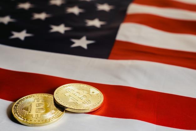 Bitcoins et billets de 100 dollars avec fond de drapeau américain. Photo Premium