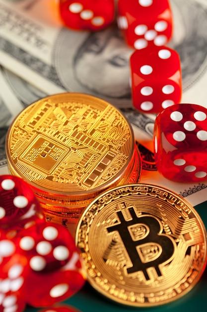 Bitcoins, dollars et dés. Photo Premium